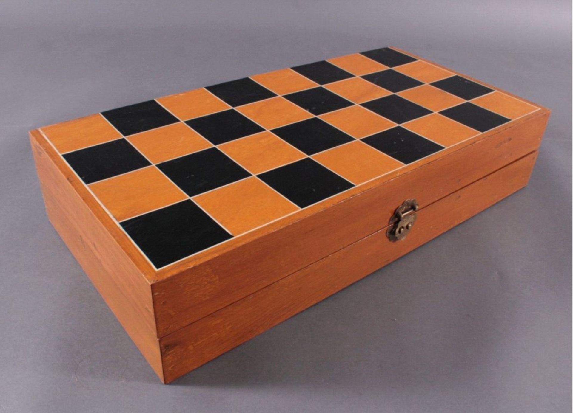 Elfenbein-Schachspiel - China32 Schachfiguren, Elfenbein geschnitzt, partiell brauneingefärbt, in - Bild 3 aus 3