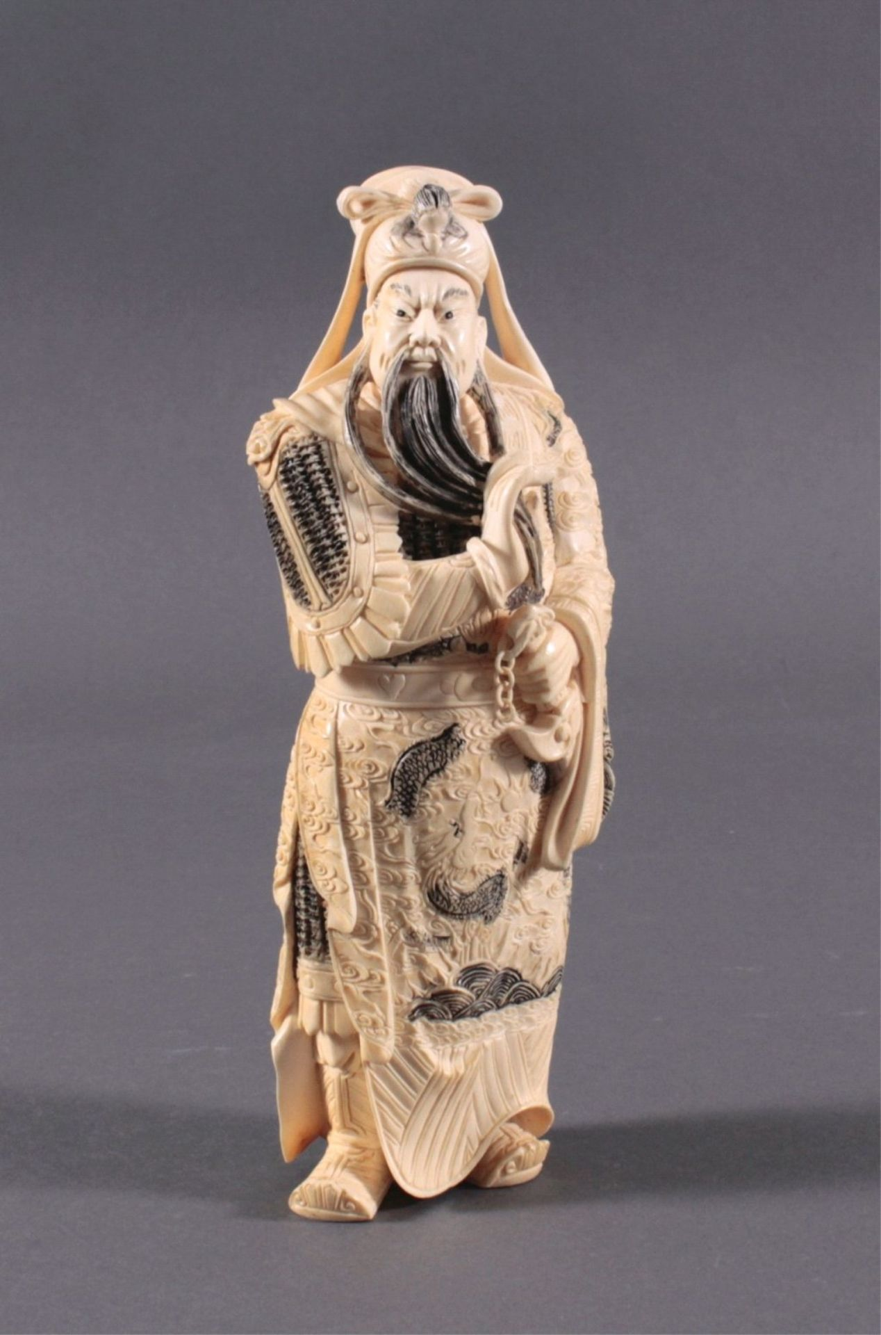 Elfenbeinfigur, 19./20. Jh.Guandi, vollplastisch geschnitzt, schwarz eingefärbt. Seinelinke Hand