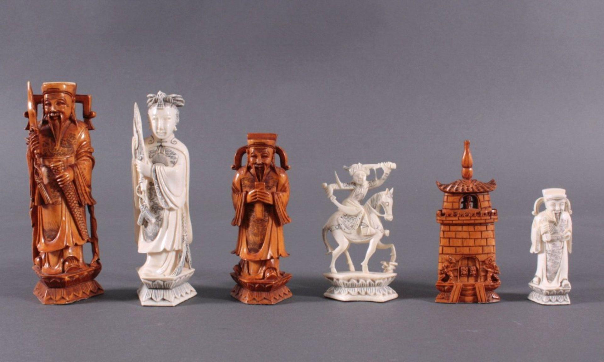Elfenbein-Schachspiel - China32 Schachfiguren, Elfenbein geschnitzt, partiell brauneingefärbt, in