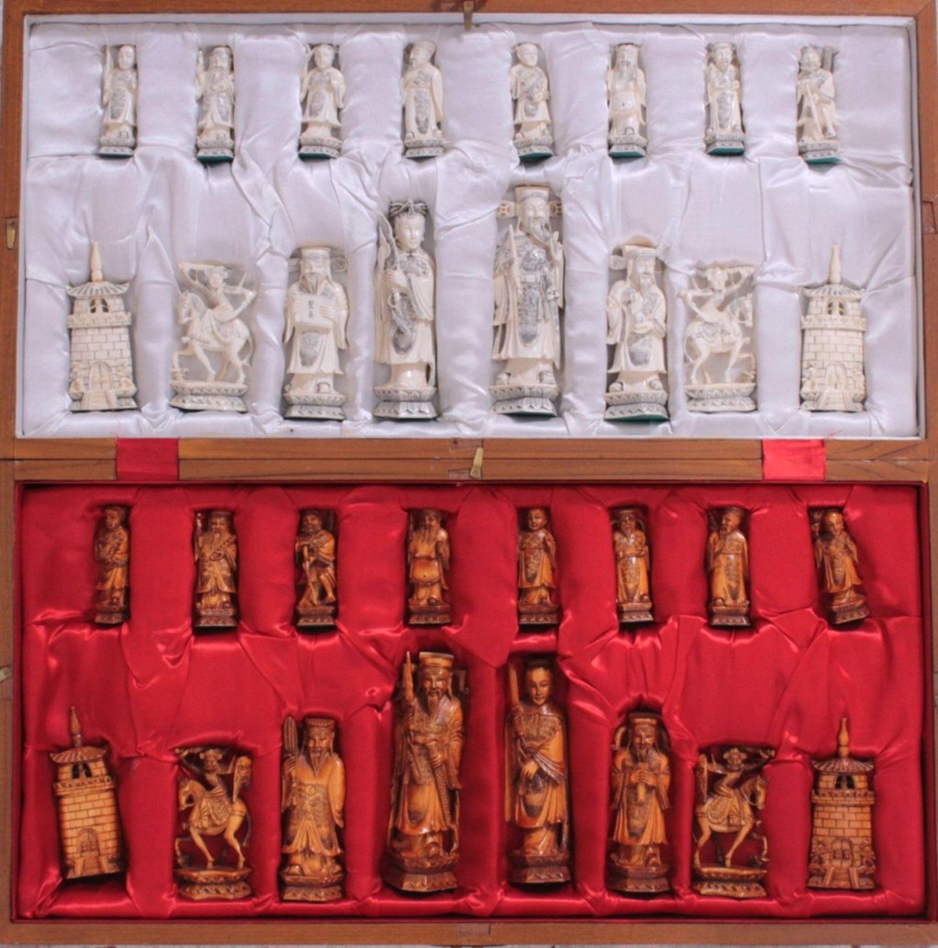 Elfenbein-Schachspiel - China32 Schachfiguren, Elfenbein geschnitzt, partiell brauneingefärbt, in - Bild 2 aus 3
