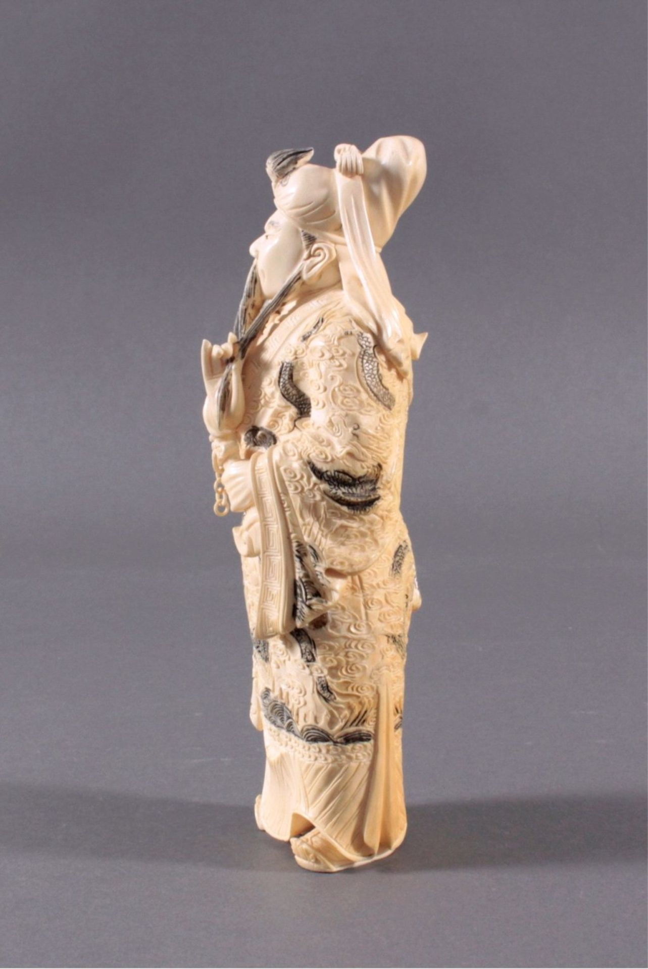 Elfenbeinfigur, 19./20. Jh.Guandi, vollplastisch geschnitzt, schwarz eingefärbt. Seinelinke Hand - Bild 4 aus 6