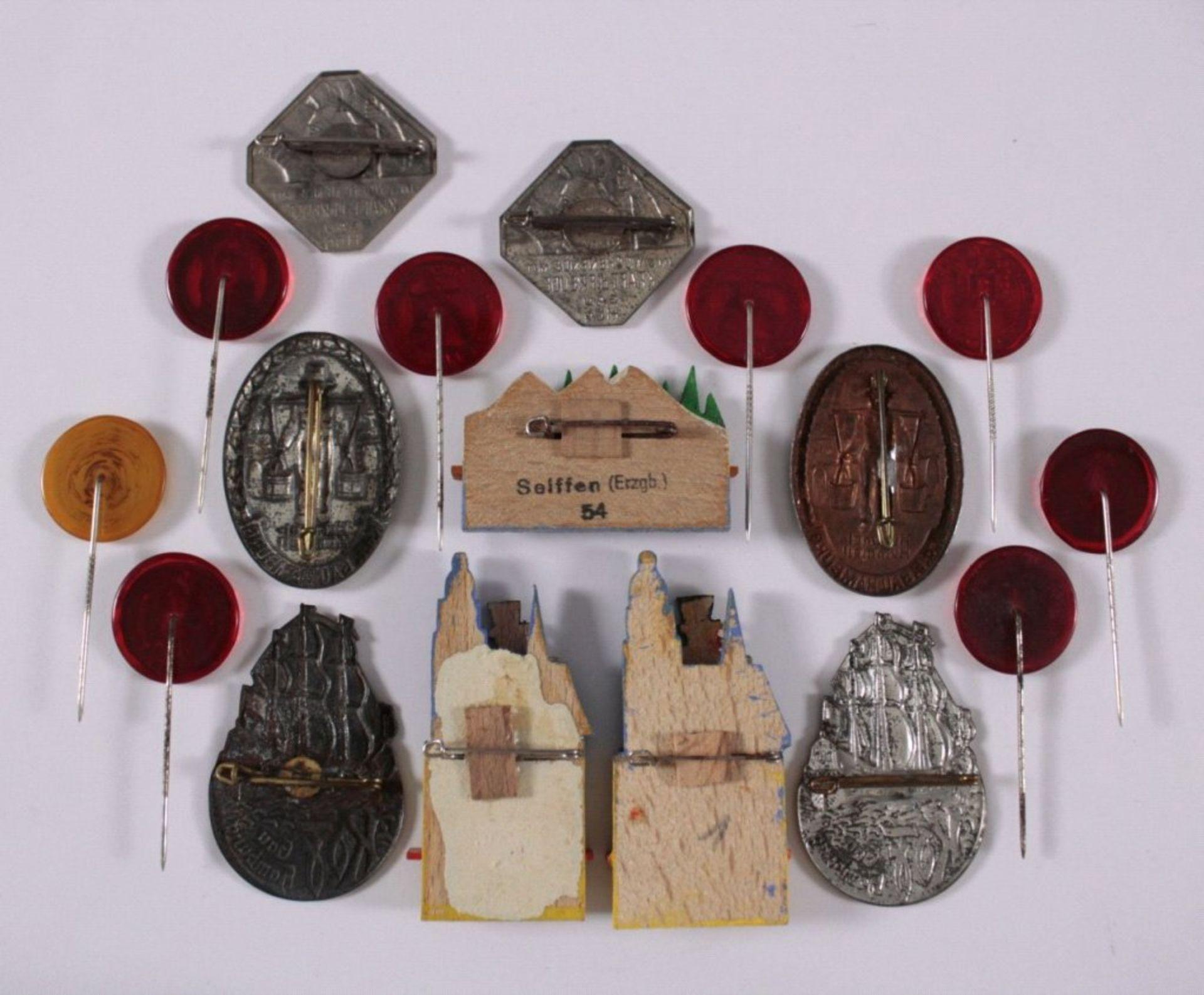 17 Abzeichen KdF Gau Hamburgunterschiedliche Materialien, wie Holz, Metall und Glas - Bild 2 aus 2