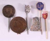 96 Heimkehrer Infanterie, 2 Abzeichen und 4 Anstecknadeln6 Stück aus unterschiedlichen Materialien