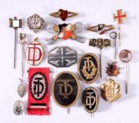 Abzeichen Deutscher Vereine um 1900Ca. 20 Stück aus unterschiedlichen Materialien gefertigt,massiv