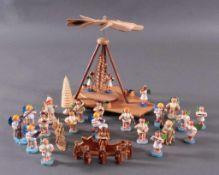 Erzgebirge - Figuren38 Stück, Holz, gedrechselt, geschnitzt, polychrom bemalt.Engelskapelle,