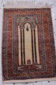 Orientteppich, Seide, 20. JahrhundertMittig ein Gebetsfeld mit 2 Säulen und bekrönendemBaldachin,