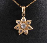 Anhänger mit DiamantenFassung aus Feingold, geschliffene Diamanten, der mittlereDiamant hat große