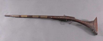 Orientalisches Steinschlossgewehr, 19. JahrhundertHolzschäftung mit gravierter, mit halben