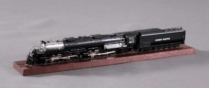 "Märklin Dampflok 37992 ""Big Boy""Mit originaler Holzbox, noch auf originalem Holzsockelverschraubt."