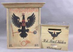 Briefkasten mit Schild im Stil des 19. JahrhundertsBriefkasten und Schild aus Holz, mit