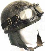 MOTORRADHELM UM 1960, Leichtmetall dunkelgrüne Lackierung berieben, mit Nackenschutz aus grünem