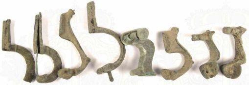 8 GEWANDFIBELN, Bronze, starker Belag, Nadeln fehlen, nicht funktionstüchtig