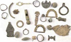 KONVOLUT BODENFUNDE, 26 Teile, dabei: 1 Signalpfeife, 6 Fingerringe, 1 Glöckchen, 3 Gewandknöpfe,