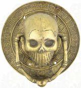 OKKULTER TÜRKLOPFER, Buntmetall/versilbert, in Form eines plastischen Totenkopfs mit. beiden