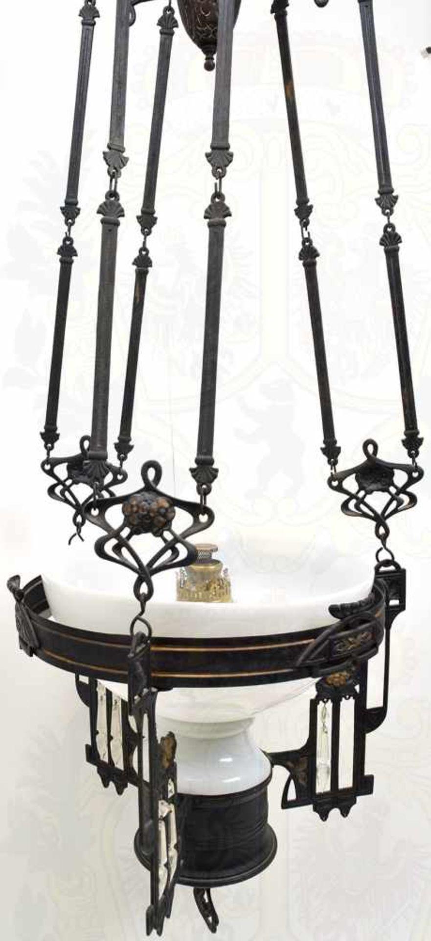 DECKENLEUCHTE, mehrteiliges Gestell aus Eisen mit Verzierungen, Kettengliedern zur Aufhängung, - Bild 3 aus 3