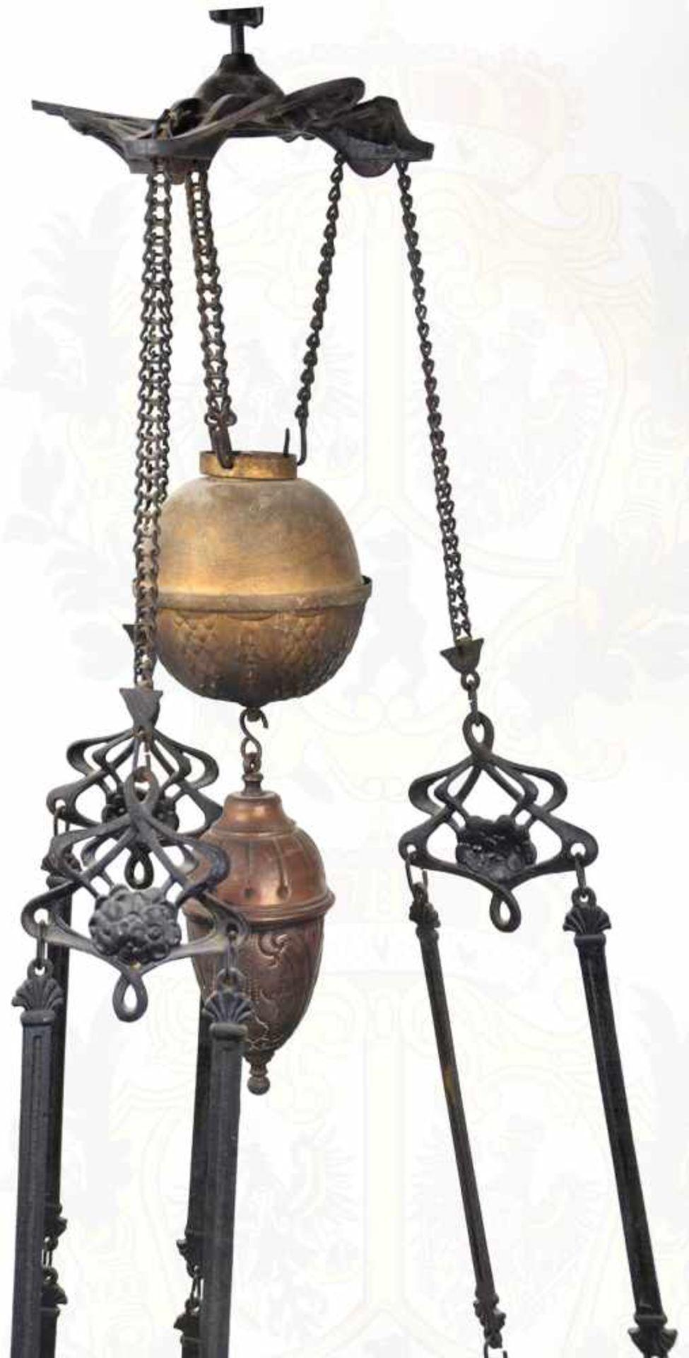 DECKENLEUCHTE, mehrteiliges Gestell aus Eisen mit Verzierungen, Kettengliedern zur Aufhängung, - Bild 2 aus 3