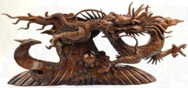 HOLZSCHNITZARBEIT, mythologischer Dache im Kampf mit einer Kobra, beide Tiere eng miteinander