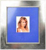 SCHIFFER, CLAUDIA, (1970), dt. Fotomodell u. Schauspielerin, Foto m. OU, Darstellung im 3/4-