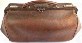 LEDERTASCHE, sogenannte Arzttasche, braunes Leder mit 2 Bügeln u. Verschlüssen, Tragehenkel an einer