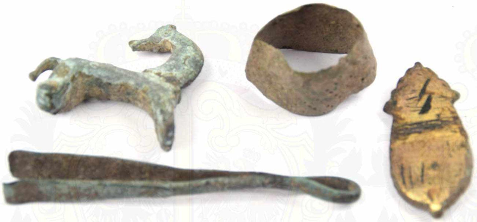 4 BODENFUNDE, Bronze, Pinzette, Fingerhut, 2 Fibeln in Form eines Pferdes u. einer Maus, 4./5. Jhd.,