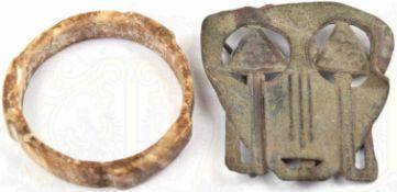 2 BODENFUNDE, Gürtelbeschlag, Bronze, 60x70mm; Armreif, Horn, Ø 60mm,