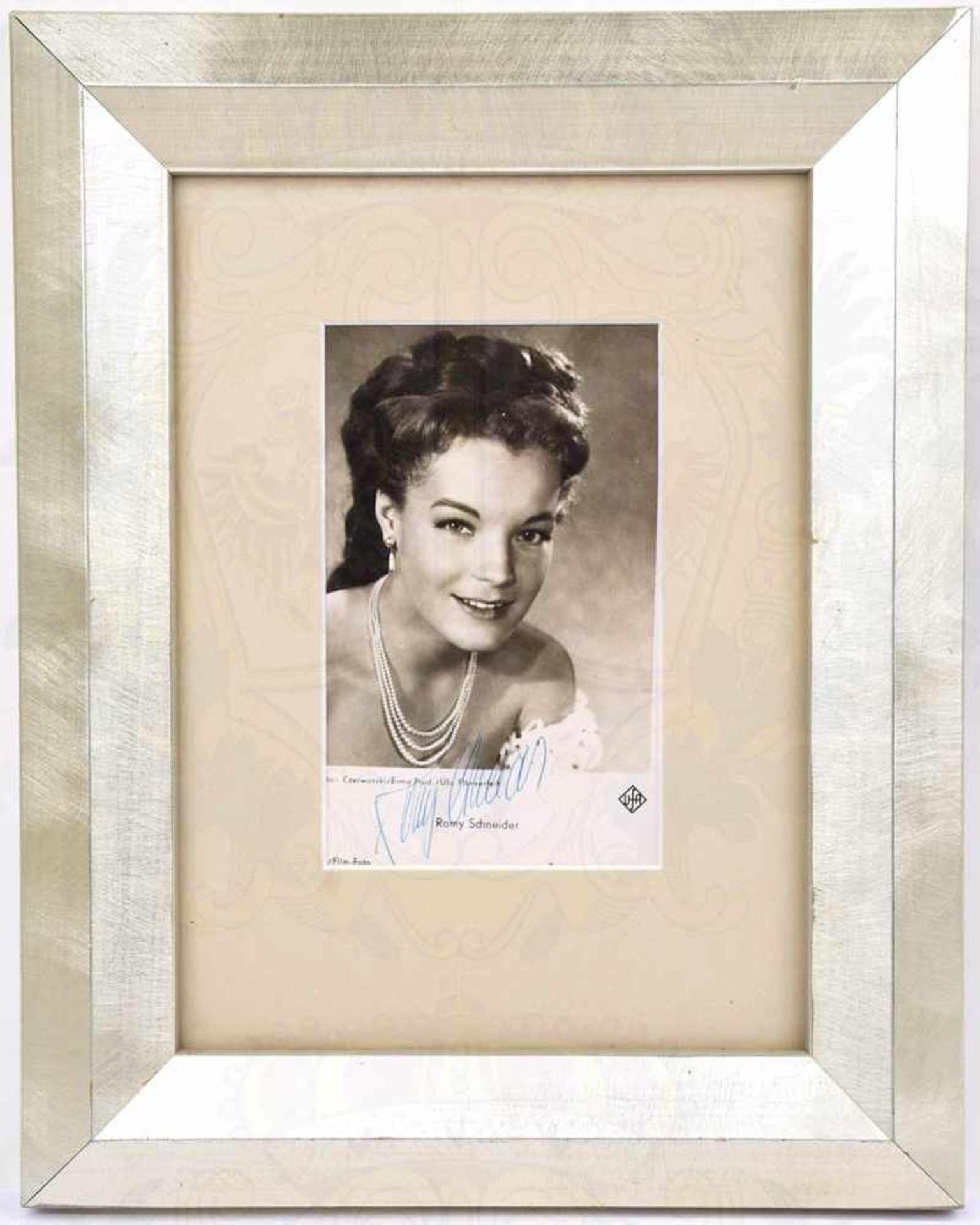 SCHNEIDER, ROMY, (1938-1982), Schauspielerin, Autogrammkarte m. Kugelschreiber-OU, Halbportrait um