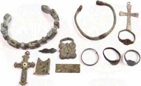 KONVOLUT BODENFUNDE, 12 Teile, byzantinisch, dabei: 2 Armreife, 4 Fingerringe, u. a. mit Kruzifix, 2