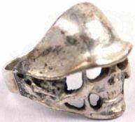 TK-RING, Weißmetall/versilbert, durchbrochen gearbeitet mit Ansatz eines Stahlhelm