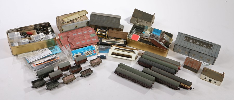 Lot 27A - Model train track, rails, rolling stock, buildings, accessories etc (qty)