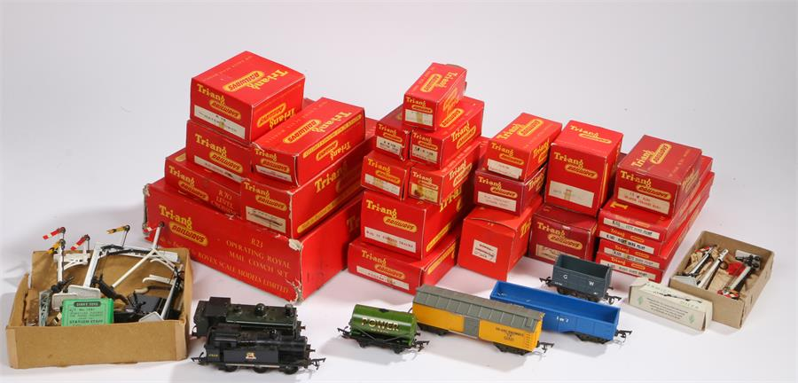 Lot 40 - Collection of Triang Railways OO gauge model railway to include R60 station, R72 gate keepers hut,