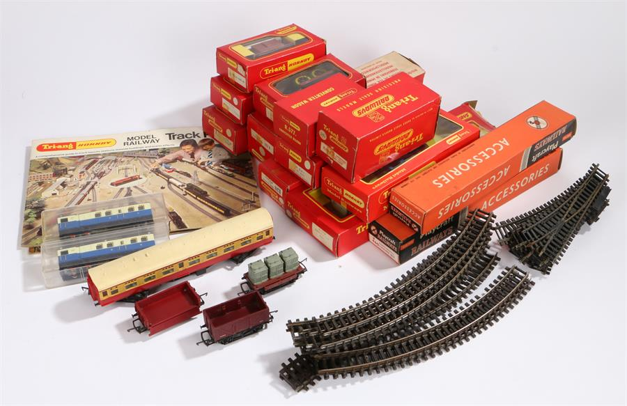 Lot 23 - Collection of Triang Hornby OO/OH model railway, to include R248 ambulance car, R355R 0-4-0