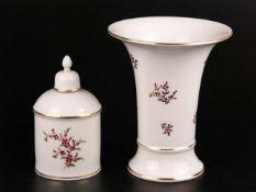 Trichtervase und Teedose - Hoechst, blau Radmarke, Blumendekor in Purpurrot und Gold, Goldränder, 1x