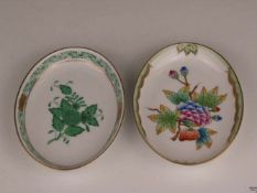Zwei Schälchen - Herend, Ungarn, ovale Form, 1x Modellnr. 7780/AV, grünes Blumenmuster mit