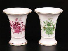 """Zwei kleine Vasen - Hoechst, blaue Radmarke mit Malerzeichen """"A.P."""", Trompetenform, Dekor """""""