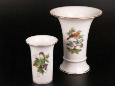 """Zwei Vasen - Hoechst, blaue Radmarke mit Malerzeichen """"H.T.1018"""", polychrom bemalt mit Vogel-"""