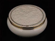 Deckeldose - Hoechst, blaue Radmarke, 20.Jh., runde Deckeldose, weißes Porzellan, Goldränder, Deckel