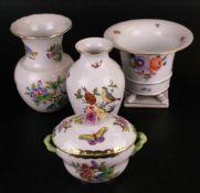 Konvolut - Herend/Ungarn, 4-tlg.: 1x Vase, Flecht- Reliefdekor, H.ca.14,5cm/ 1x Vase, Krater-Form