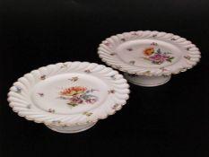 Zwei Kuchenplatten - runde Kuchenplatten auf erhöhtem Fuß, polychrom bemalt mit Blumenmotiven,