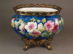 Jardinière mit Bronzemontierung und -stand - leicht gebuckelte Porzellanwandung mit eingeschnürtem