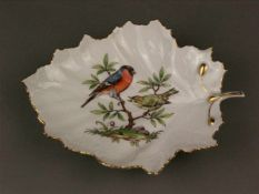 Blattschale Höchst - blaue Radmarke mit Malerzeichen 'H.T.1018', im Spiegel Vögel auf Ast in
