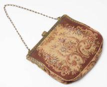 Abendtasche, 30er Jahre Reliefierter Bügel mit Glassteinbesatz. Korpus aus Stoff mit Petit-Point-