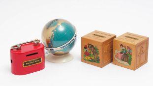 Vier Sparkässchen, 50er Jahre Unterschiedliche Materialien. Mit originalen Schlüsseln.