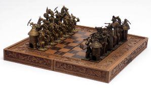 Schachspiel, afrikanisch Fein geschnitzter und intarsierter Kasten. Figuren aus Gelbguss. H. des