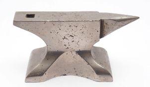 Miniaturamboss Eisen, verchromt. L.10cm.