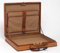 Aktenkoffer Leder in Holzoptik. Abschließbarer Druckverschluss. Innenausstattung mit Sämischleder.