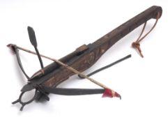 Modell einer Armbrust Holz und Metall. L.41cm.