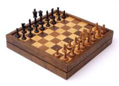 Spielkasten Mit Spielfeldern für Schach, Mühle und Backgammon. Mit Spielsteinen und Schachfiguren.