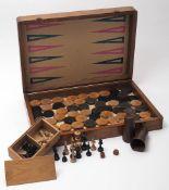 Spielkasten Schach und Backgammon. Mit Figuren, Spielsteinen und zwei Würfelbechern. Maße des