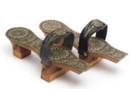 Paar Damenschuhe, wohl türkisch Innensohle und Riemen mit reichen Beschlägen aus Silberfiligran. L.