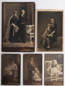Fünf Familien-Fotografien, teilweise um 1900 Unterschiedliche Formate.